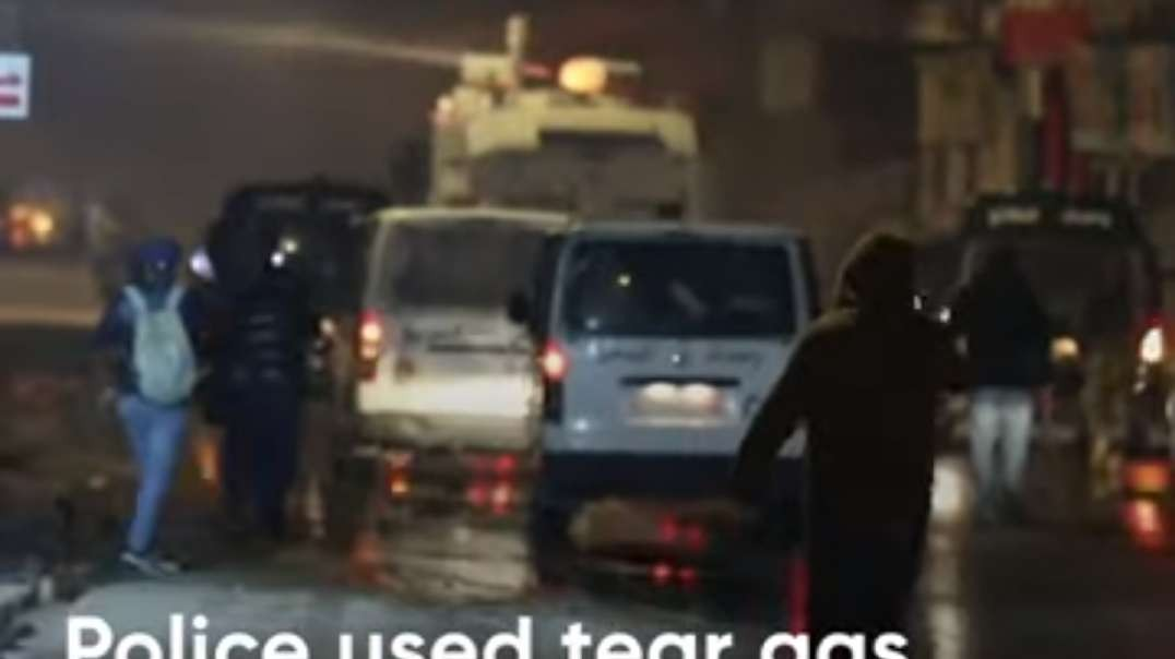 Clashes on fourth consecutive night of lockdown protests in Tunisia.mp4
