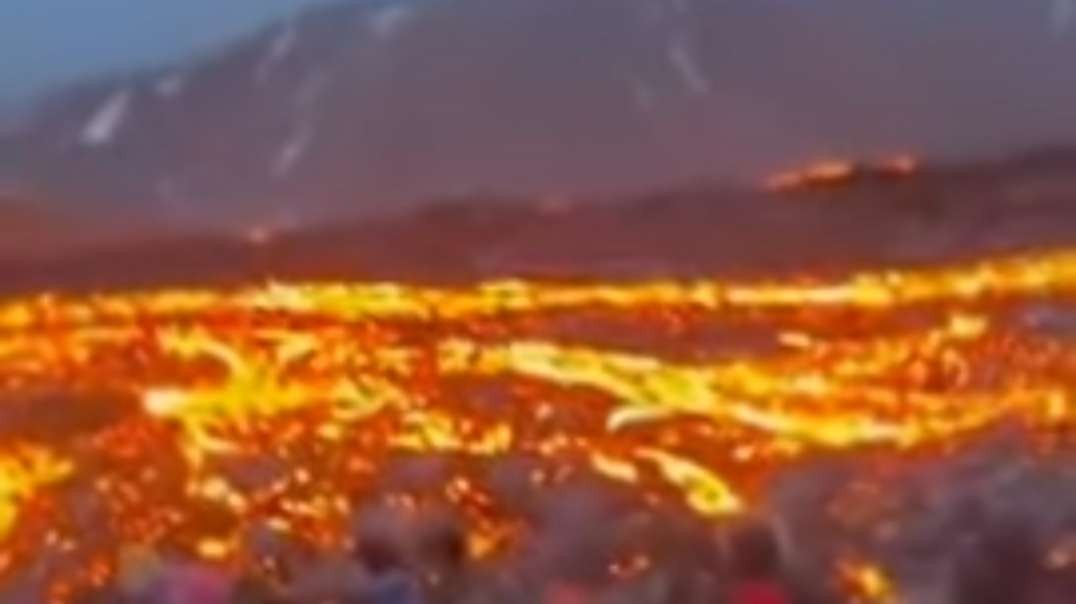 Crazy Eruption footage! The earth is groaning! Huge rivers of lava in Iceland!.mp4
